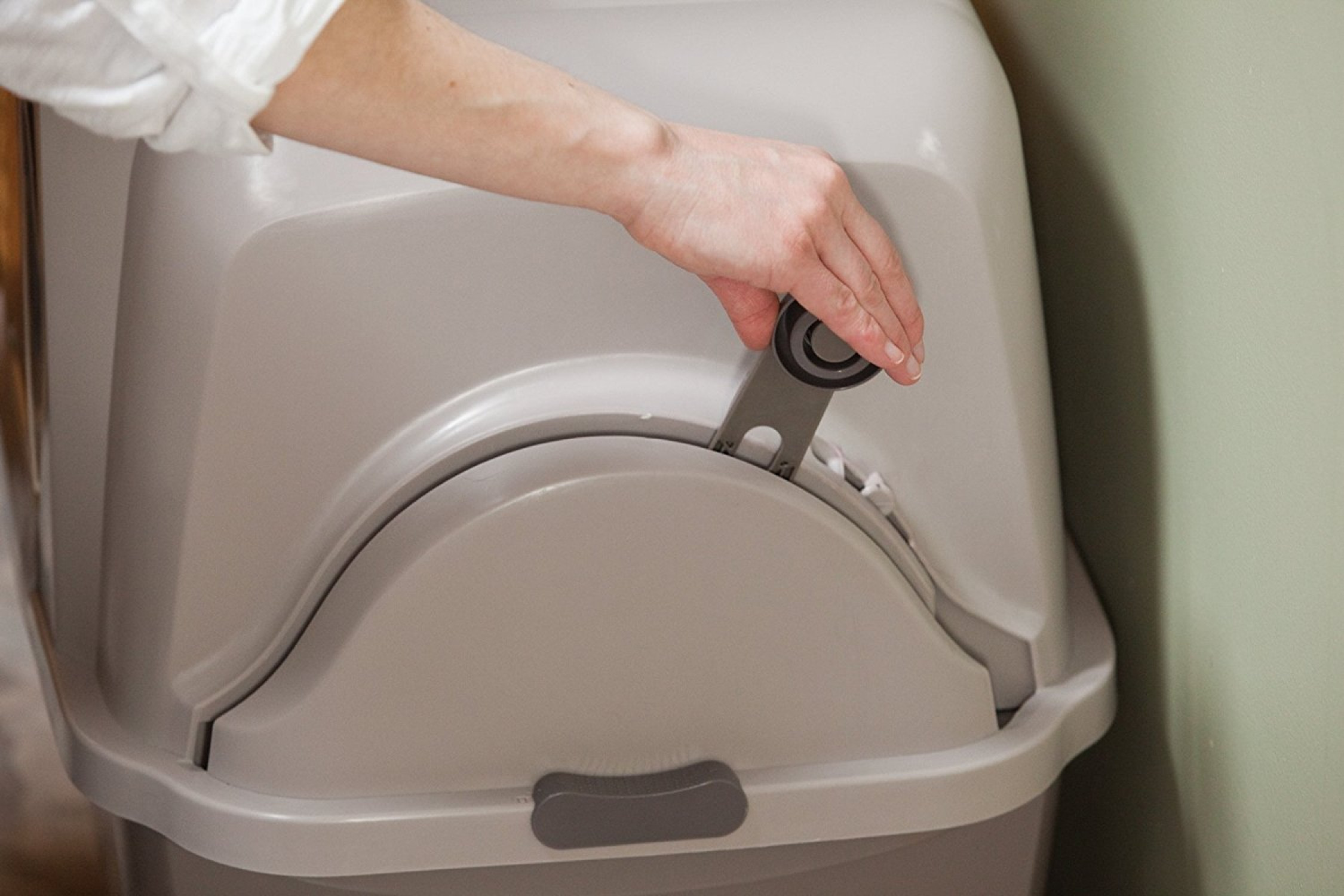 how to keep litter box from smelling